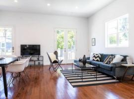 MODERN COLONIAL HOME-1/2 BLOCK FROM AMAZON STUDIOS, apartment in Los Angeles