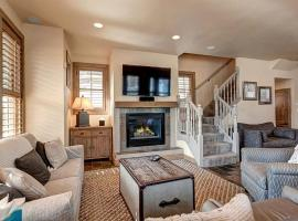 Stoneleigh Lodge Luxurious 4BR Home in Downtown Breck with Hot Tub, villa in Breckenridge