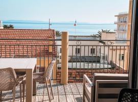 Grand appartement coeur de ville 5 pièces vue mer terrasse et parking, appartement au Lavandou