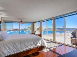 Waterfront Corner Townhome, Full Floor Windows, Balcony, villa in San Diego