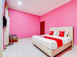Vaccinated Staff - OYO 90218 Ubaran Guest House, hotel near Cihampelas Walk, Bandung