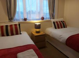 Fieldfare Green-Huku Kwetu Luton & Dunstable Spacious 4 Bedroom Detached House - Free Parking- Field View-Affordable Group Accommodation - Business Travellers, hotel near Luton and Dunstable Hospital, Luton