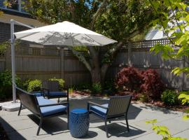 132 Spacious and Impeccably Clean Vine Street Condo with Patio and Deck, holiday home in Provincetown