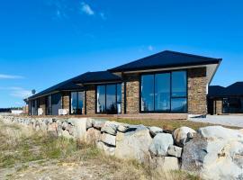 Skyrim Riverside Lodge, villa in Lake Tekapo