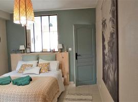 T2 dans maison en centre ville avec jardin ideal couple curistes, apartment in Balaruc-les-Bains