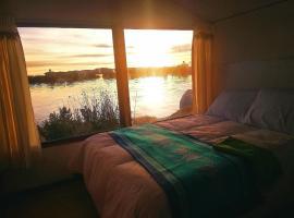 Alojamiento Flotante Del Titicaca, hostel in Puno