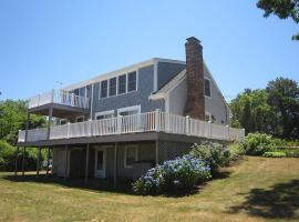 807 Classic Cape Charm with Beautiful Water Views Walk to the Beach and Bring Your Dog, holiday home in Brewster