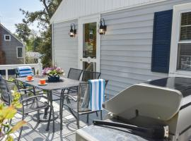 605 A quaint Cape home only a minute from the most beautiful stretch of beach in Chatham, holiday home in Chatham