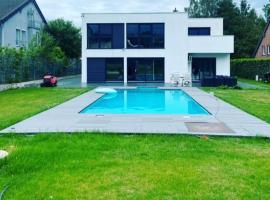 Villa mit Riesen Garten und beheiztem Swimmingpool, hotel in Raeren