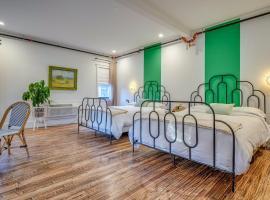 Adina - Rattan & Stripes Suite - Downtown Bliss Hotel Room, hotel u blizini znamenitosti 'Mount Bonnell' u gradu 'Austin'
