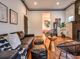 Adina - Chandelier Suite - Accessible Hotel Room, hotel u blizini znamenitosti 'Mount Bonnell' u gradu 'Austin'