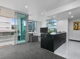 QV Upscale Modern Viaduct Apt with Parking - 965, hotel with jacuzzis in Auckland