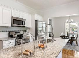 New Listing Large Home Near Mercedes Benz Stadium Sleeps 12 Coffee BBQ AC Parking, villa in Atlanta