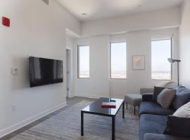 Luxe DT 2BR with City View by Zencity, vacation rental in Kansas City
