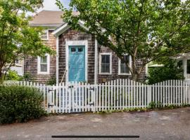 143 5 Min Walk to Water and Downtown Historic District 2 Parking Spaces Gas Fireplace Private Patio and Yard Air Conditioning, holiday home in Provincetown