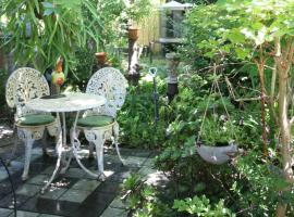 Busselton Home, Secret Garden, Hot Outdoor Bath and pet friendly, vacation home in Busselton