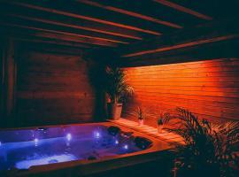Le Spa du Cabanon: Cabanon de luxe avec Spa entièrement privatif, hotel in Aye