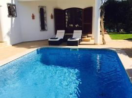 4 Bedroom detached private villa with swimming pool and mature garden, vacation home in Vilamoura