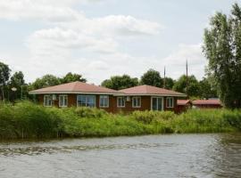 Chalet aan het water de Grote Wielen nr 9, self catering accommodation in Leeuwarden