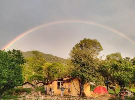 Monkey Mud Cafe and Camps, luxury tent in Bīr