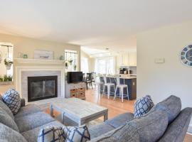 810 Beautifully Updated Steps From Private Pond Access Short Drive to Breakwater Beach, holiday home in Brewster