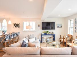 144 Enjoy Three Floors of Premium West End Living in Our Modern Updated Town House, holiday home in Provincetown