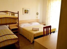 Room in Guest room - New Hotel Cirene Big Quadruple Room 4 people half pension package, alloggio in famiglia a Rimini