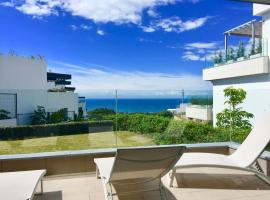 LUXURIOUS VACATIONAL HOME WITH 3 BEDROOMS AND POOL AT CABOPINO GOLF MARBELLA by Solrentspain, hotel dicht bij: Cabopino Golf, Marbella