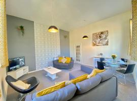 4 Single beds or 2 Doubles - FREE PARKING SPACES - SMART TV's - City Centre Spacious flat, apartment in Southampton