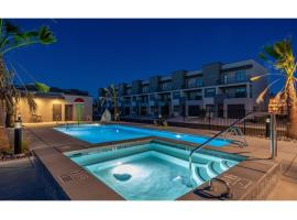2 Joined Homes in Green Valley - Sleep 40 - Pool - Hot Tub - Pickleball, vacation rental in St. George