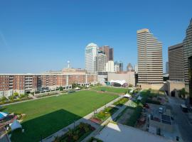 LUXURIOUS SKYLINE VIEW APT With BALCONY, vacation rental in Columbus