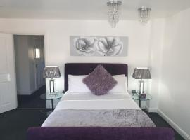The Rowditch Room with private rear Garden and driveway, hotel in Milton Keynes