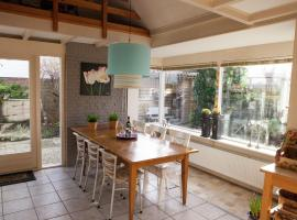 This detached house is only 2 km away from the beach, villa in Noordwijkerhout
