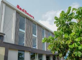 RedDoorz Plus near Solo Baru, hotel in Solo