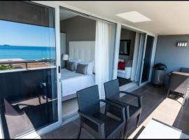 Infinity Luxury Beachfront Apartment, apartment in Bloubergstrand