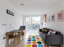 Colourful Modern Brixton 2-Bed with Balcony, hotel in London
