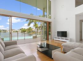 Stunning 4BD Waterfront Paradise with Pool, hotel in Gold Coast