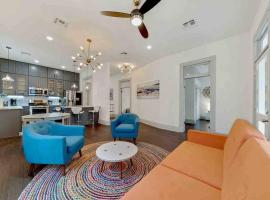 Historic cottage with Lounge Pool: Walk to downtown San Antonio!, villa in San Antonio