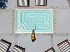 Blue White Suites, hotelli kohteessa Firostefani lähellä maamerkkiä Santorinin arkeologinen museo