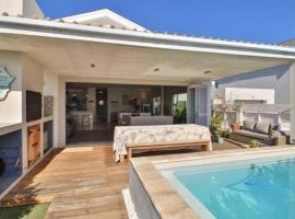 Paradise Beach House with Pool and Parking, villa in Cape Town