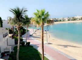 شقة فدرة العروس من ثلاث غرف نوم وصالة وبلكونة كبيرة على البحر, Ferienwohnung in Durrat Al-Arus