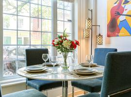 Hosteeva Luxury Condo Steps to St Charles Ave & Close to FQ, apartment in New Orleans