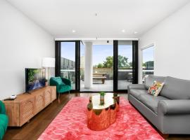 Boutique Unit with Huge Terrace near Cafes and Buses, hotel near Canberra Airport - CBR,