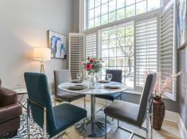Hosteeva Modern Condo Near Magazine St & Close to FQ, apartment in New Orleans