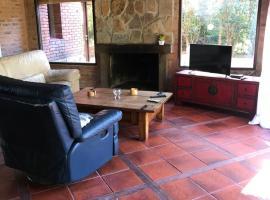 Casa con hermoso parque, hotel near Carrasco International Airport - MVD,