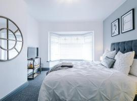 Luxury 3 Bedroom House - Fylde Coast (Blackpool) - FYLDE LODGE, pet-friendly hotel in Blackpool