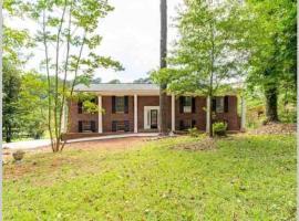 Urban Lake House 2, villa in Atlanta
