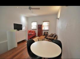 Woods Lane Loft Apartment, íbúð í Sydney