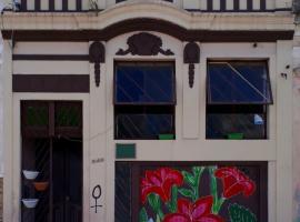 Hostel Casa Cultural - RESERVAMOS A CASA PARA GRUPOS, budget hotel in Pelotas