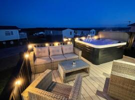 Eagles View - luxury hot tub lodge with free golf for guests, hotel in Swarland